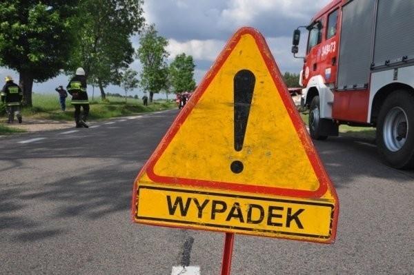 Wypadek w gminie Piątnica. Droga krajowa nr 61 zablokowana po zderzeniu dwóch osobówek i ciężarówki