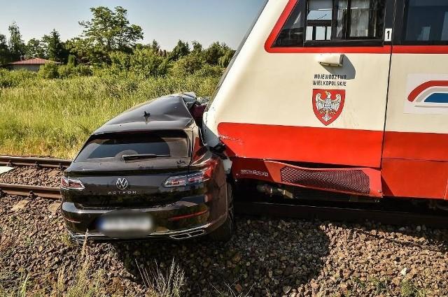 Jedna osoba nie żyje, a druga jest ranna po zderzeniu volkswagena z szynobusem w Krzycku Wielkim. Osobówka wjechała na niestrzeżony przejazd kolejowy. Lekko ranni zostali też pasażerowie pociągu. Jechało nim ponad 60 osób.Kolejne zdjęcie --->