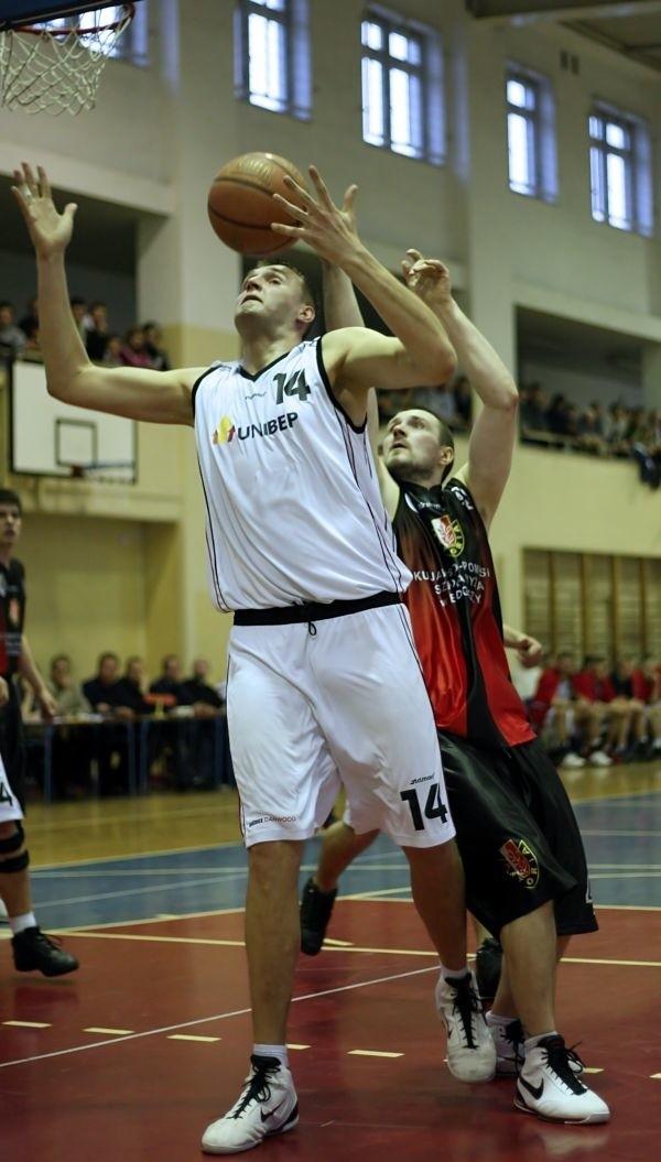 Zawodnik Tura Mirosław Wysocki (w białym stroju rozegrał jedno z najlepszych spotkań w bieżącym sezonie IIligi