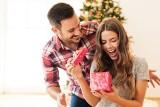 Prezent na święta dla żony. Boże Narodzenie 2021 – jaki podarunek wybrać pod choinkę?
