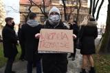 Tłum przed komendą w Gliwicach. Policjanci przesłuchiwali 19-latkę, której zarzucili zorganizowanie nielegalnego strajku kobiet