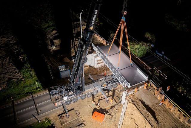 Nocny montaż konstrukcji wiaduktu kolejowego nad DK 63 w Czyżewie