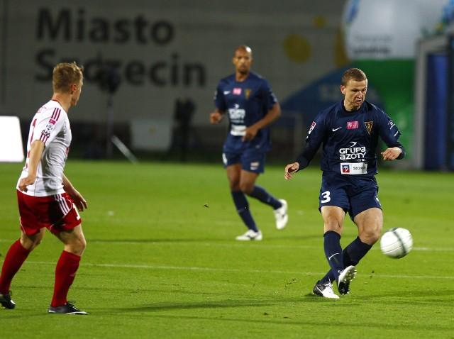 Maciej Dąbrowski (z piłką) w tym sezonie występuje jako środkowy pomocnik.