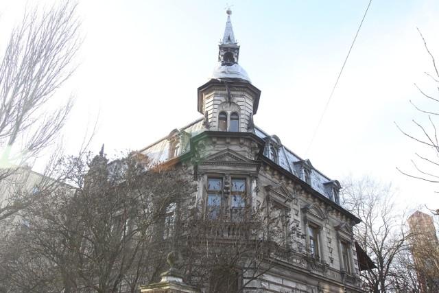 Rezydencję w stylu neorenesansowym, z mansardowym poddaszem, zbudowano w roku 1890