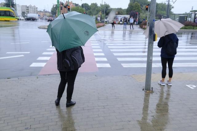 Prognozowane są opady deszczu, przejściowo o natężeniu umiarkowanym. Możliwe burze.