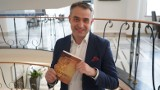 """Dan Brown z naszego Sejmu. Oto recenzja książki """"Odnow@"""