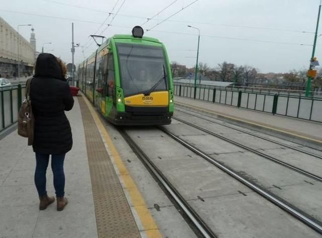 Uszkodzony tramwaj linii nr 6 utknął na moście Dworcowym w Poznaniu