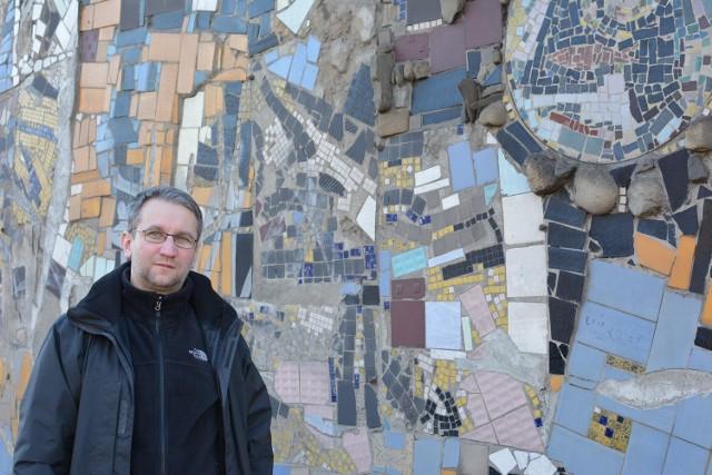 Maciej Chrobak z Bielska-Białej uważa, że jedyną ocalałą mozaikę Ignacego Bieńka widoczną od strony  ul. Partyzantów trzeba ratować, póki na to jest czas. Inaczej po dziele artysty nie będzie śladu