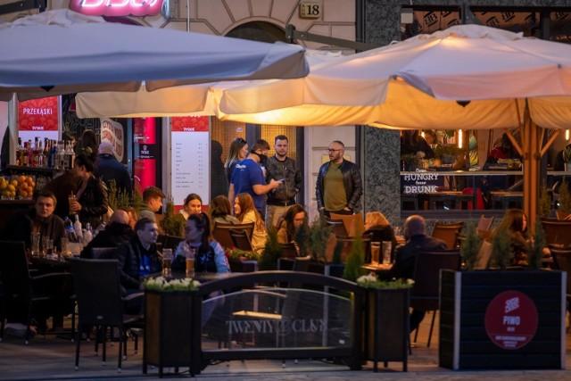 Restauracje działają pełną parą, potrzebne są ręce do pracy. O pracowników trudno, bo wielu w związku z lockodownem przebranżowiło się i do pracy w niestabilnej wciąż gastronomii nie chce wracać.