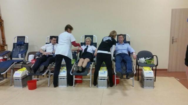 Wójtowie (do lewej) Lubiszyna, Kłodawy i Santoka oddają krew podczas akcji lubiszyńskich strażaków
