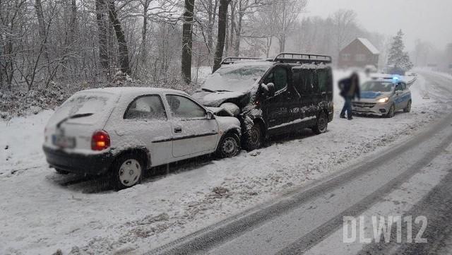 Zdarzenie samochodu osobowego i busa na zakręcie w Radoniowie droga krajowa nr 30