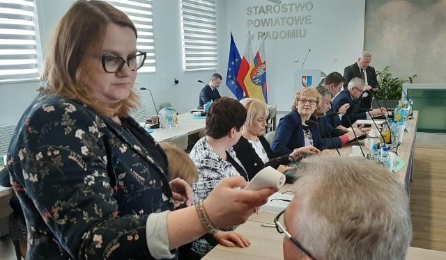 Piątkowa sesja Rady Powiatu Radomskiego rozpoczęła się od zmierzenia temperatury jej uczestnikom.
