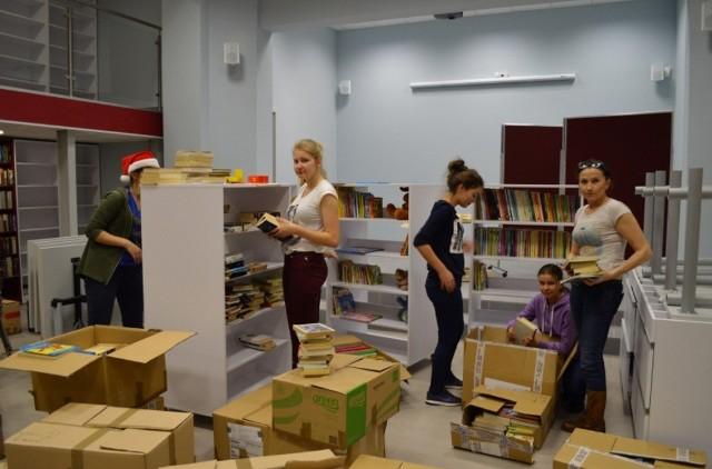 """W """"przenosinach"""" biblioteki w Szczańcu pomagali wolontariusze"""