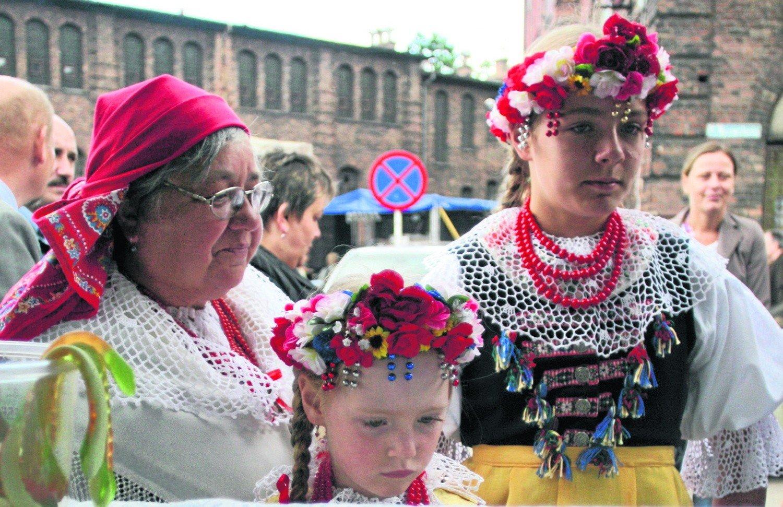 b4e2b7165aa1cc Kobiety w tradycyjnych strojach to stały element odpustu na Nikiszowcu. Tak  jak górnicza orkiestra