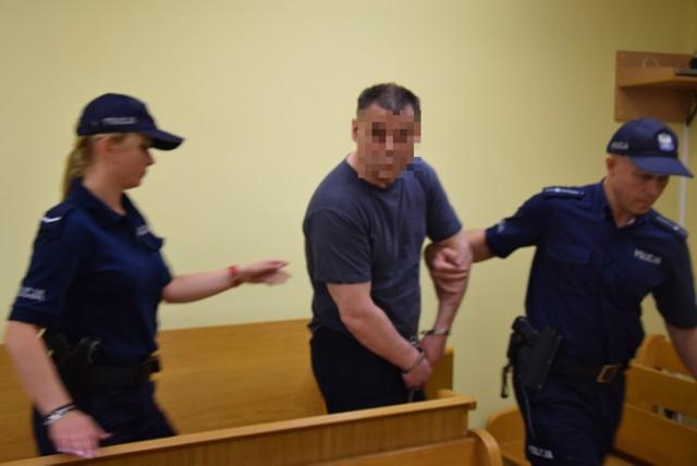 Marek W. nie wysłuchał wyroku. Po tym, gdy na sali rozpraw stał się agresywny, sędzia Staszak nakazała wyprowadzić go z sali.