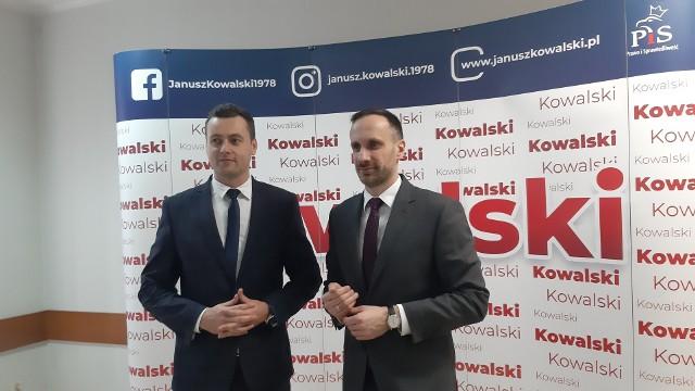 Poseł Janusz Kowalski i Sławomir Batko, radny miasta Opola, na konferencji prasowej.