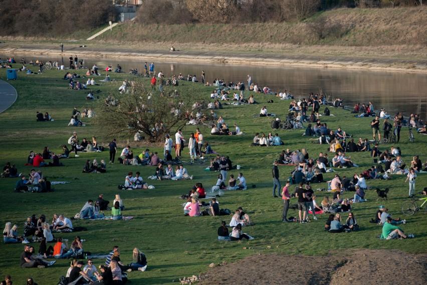 Wiosenna pogoda sprzyja gromadzeniu się mieszkańców Poznania...