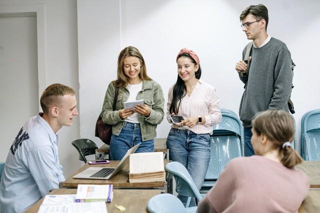 Uczelnie wyższe w Poznaniu co roku przyciągają swoją ofertą edukacyjną wielu chętnych. W tym roku część z nich uruchomiła nowe kierunki, aby jeszcze bardziej zwiększyć swoją atrakcyjność. Sprawdź, jakie nowe kierunki zaproponowały poznańskie uczelnie i jakim zainteresowaniem cieszą się podczas rekrutacji 2021/2022 -->>>