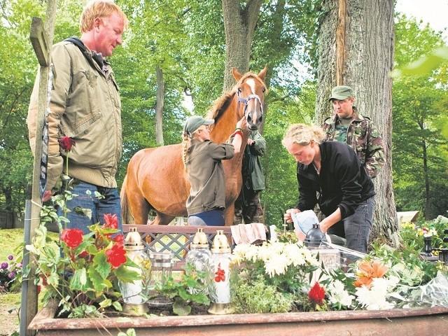 Harcerze przed wyruszeniem w drogę odwiedzili cmentarz w Wieszynie , gdzie oddali hołd zmarłemu w czerwcu 2006 roku seniorowi rodziny Kiempów.