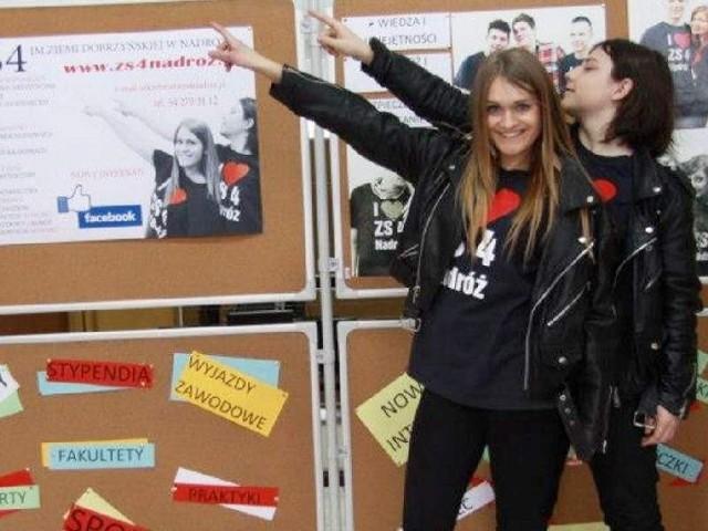 Magda Bełcik i Mateusz Wiśniewski zachęcają gimnazjalistów do wyboru ZS nr 4.