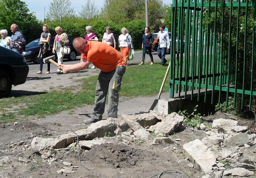 Już nie ma fragmentu ogrodzenia basenów miejskich. Od strony ul. Dąbrowskiego powstaje brama, którą wjedzie ciężki sprzęt.