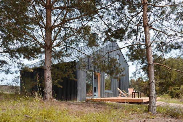 Ten urokliwy domek na jednej z kaszubskich wsi odbył się dużym echem w polskiej architekturze. Sprawdźcie sami!