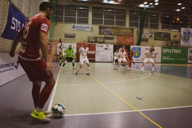Red Dragons Pniewy mimo wyższej pozycji w lidze musiały uznać wyższość ekipy GI Malepszy Futsal Leszno.