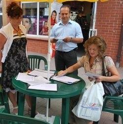 """Od lewej: Edyta Szambelan, Marek Szambelan, prezes Fundacji """"Razem lepiej"""" i Renata Bednarczyk, popierająca ich akcję"""