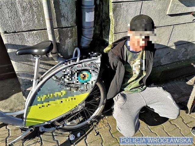 Mężczyzna zabrał rower, nie korzystając z aplikacji telefonicznej, która służy do ich legalnego wypożyczenia. Jakby tego było mało, sprawdzenie w policyjnych systemach wykazało, że mężczyzna jest poszukiwany celem odbycia kary pozbawienia wolności