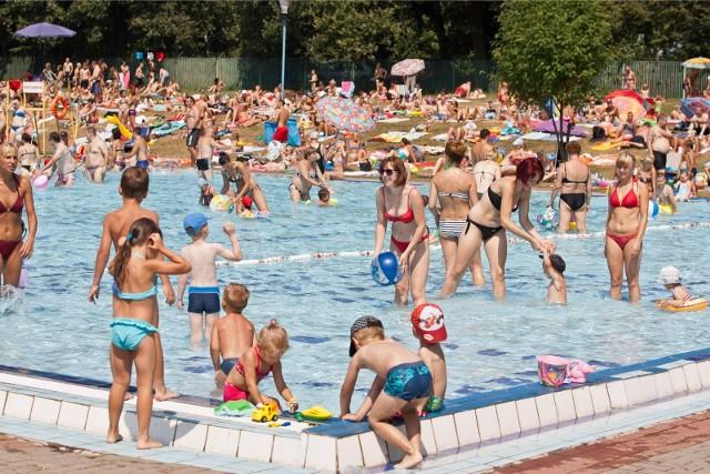 W sobotę z pewnością wiele osób będzie szukać ochłody na basenach i kąpieliskach. Temperatury w cieniu wyniosą 30, a w słońcu grubo ponad 40 stopni Celsjusza