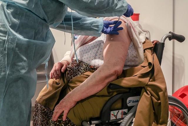 Epidemiolodzy zachodzą w głowę, czym jest spowodowana tak mała liczba zaszczepionych seniorów. Problemem na pewno nie jest brak szczepionek i wolnych terminów, ponieważ osoby mające co najmniej 80 lat mogły rejestrować się już w połowie stycznia.