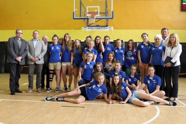 Wspólne zdjęcie uczestników spotkania w Zespole Szkół Gimnazjalno-Licealnych nr 37 w Poznaniu