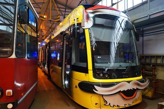 Od niedzieli 6 grudnia w Toruniu zacznie kursować świąteczny tramwaj ozdobiony iluminacjami. Pasażerom czas przejazdu umilą kolędy. Przyozdobiony pojazd będzie kursował ulicami Torunia do 6 stycznia przyszłego roku.