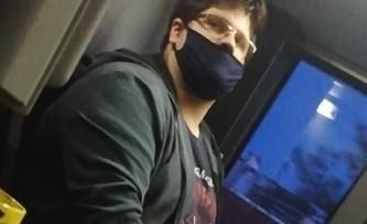 Policja prosi o kontakt osoby posiadające informacje w sprawie mężczyzny, który pokazywał osobie małoletniej treści pornograficzne w telefonie podczas jazdy autobusem miejskim. Zobacz udostępnione przez policję zdjęcia --->
