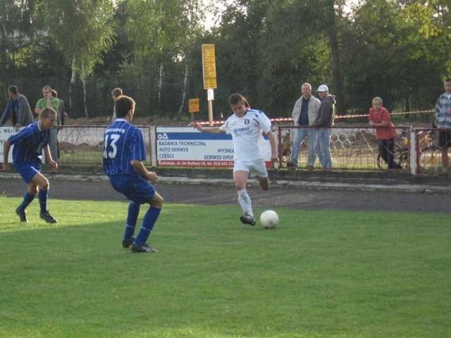 MKS Kańczuga (białe stroje) w okresie przygotowawczym gra bardzo słabo.