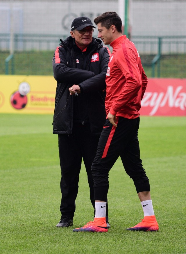 Kapitan reprezentacji Robert Lewandowski miał wstawić się u trenera za balangowiczami i prosić, by ten nie wyrzucał ich z kadry