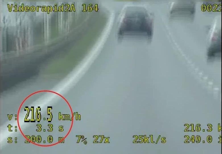 Szalona jazda na AOW. Kierowca skody pędził 216 km/h [FILM]