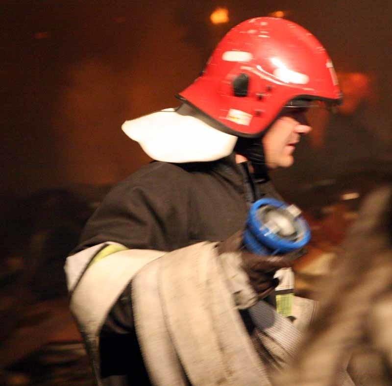 Śpiącego w płonącym samochodzie mężczyznę uratowali strażacy.