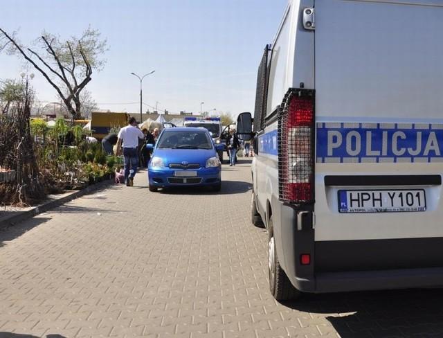 Do potrącenia doszło na ulicy Rodziny Winczewskich. Poszkodowana właśnie kupowała krzewy na stoisku przy drodze.