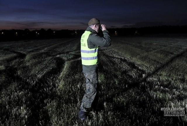 Żołnierze Wojsk Obrony Terytorialnej wspierają działania służb na granicy polsko-białoruskiej.