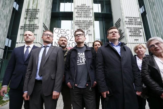 Sędzia Paweł Juszczyszyn (drugi od lewej) ma prawo wrócić do pracy i orzekać w pełnym zakresie - ocenił Sąd Rejonowy w Bydgoszczy.