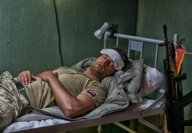 """Starszy szeregowy Michał """"Iwan"""" Iwańczyk nie rozstaje się z emblematami """"Dumy Pomorza"""". Gdy wyjeżdża z bazy, ma je na hełmie, w namiocie - tuż przy swoim łóżku."""