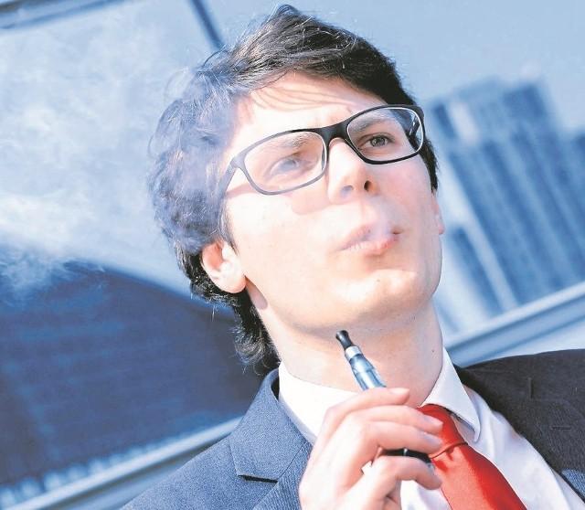 Opary z e-papierosów, wbrew zapewnieniom ich producentów, nie są obojętne dla zdrowia wdychających je osób