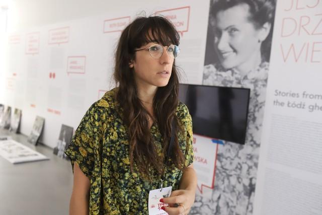 """Georgia Nowak - wnuczka Ocalałego, autorka wystawy """"Ślady"""", której otwarcie towarzyszy obchodom rocznicy likwidacji getta"""