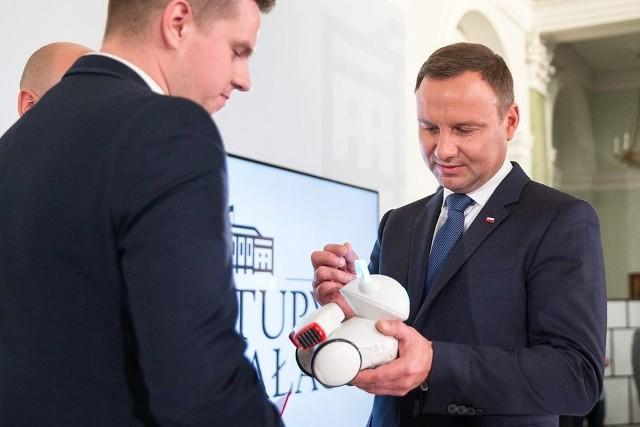 Prezydent Andrzej Duda zobaczył Photona, białostockiego robota edukacyjnego.