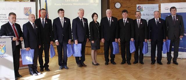 Po ceremonii odznaczenia osób zasłużonych dla powiatu niżańskiego, z lewej starosta Robert Bednarz