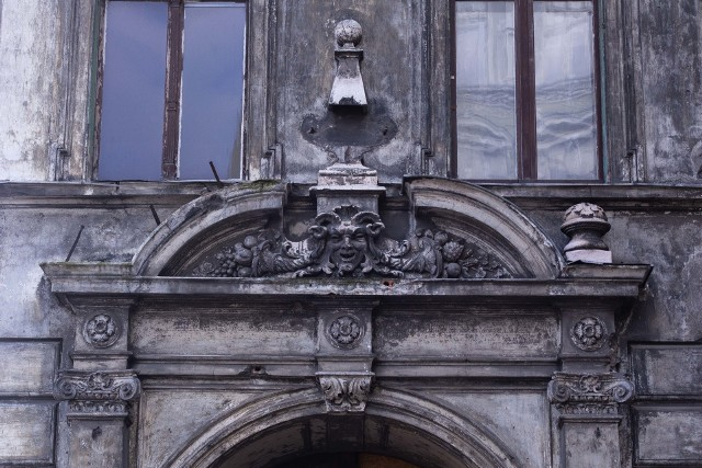 Zabytkową kamienicę przy ul. Kniaziewicza we Wrocławiu można kupić już za nieco ponad 2 mln złotych. Nawet dwa razy więcej może kosztować jej remont...