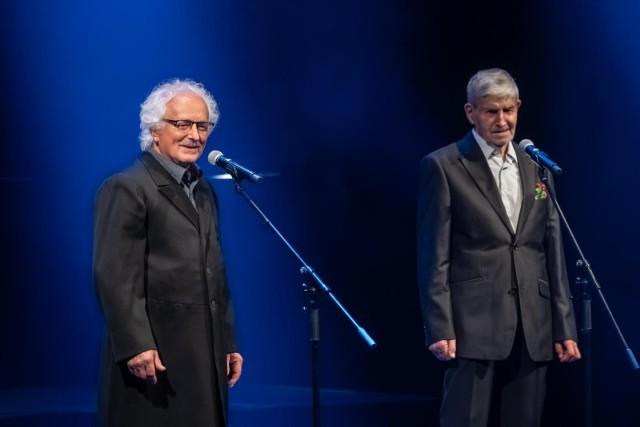 Tadeusz Kwinta i Miki Obłoński na scenie Teatru Słowackiego podczas koncertu z okazji 65-lecia Piwnicy pod Baranami