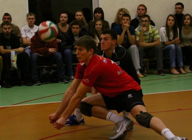 Krzysztof Gibek (z przodu) i Leszek Łucki mieli spore kłopoty z przyjęciem zagrywki rywali.