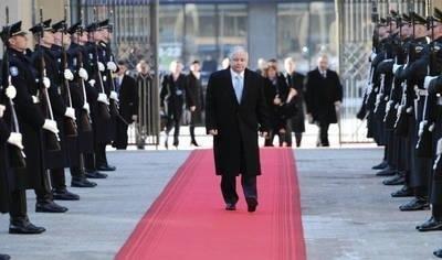 Uchwalenie przez Litwę Aktu Niepodległości przed 20 laty było w Polsce odbierane jako akt szczególnej odwagi - mówił prezydent Lech Kaczyński podczas wczorajszego wystąpienia w parlamencie Litwy. Lech Kaczyński był jedynym prezydentem obcego państwa, który przemawiał w czasie uroczystej sesji litewskiego Sejmu. Lech Kaczyński z powodu choroby matki, 83-letniej Jadwigi Kaczyńskiej, skrócił wizytę w Wilnie. U matki prezydenta doszło do zaostrzenia przewlekłych chorób serca i płuc. (PAP) Fot. PAP/Jacek Turczyk